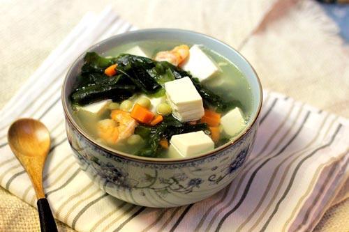 Canh rong, tảo biển được xem là một trong những món ăn truyền thống giúp lợi sữa của người dân Nhật Bản, Hàn Quốc. Rong biển rất giàu dinh dưỡng nhờ hàm lượng đạm thực vật rất cao, ngoài ra rong biển còn chứa rất nhiều khoáng chất, các yếu tố vi lượng và vitamin cần thiết cho cơ thể.