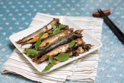 Cá nục thấm gia vị, quyện lẫn với vị thơm đặc trưng của rau húng quế.