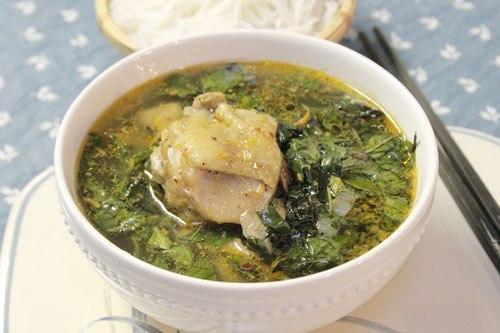 Khi dùng cùng bún, món ăn sẽ dậy mùi thơm của rau quế, sả và thịt gà ngọt.