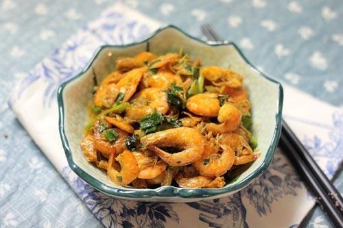Tép rang giòn ngọt, thơm nồng nàn mùi húng quế là một món mặn đơn giản ăn với cơm trắng rất ngon miệng.