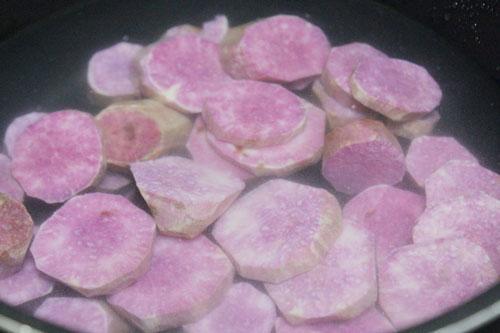 Thái khoai thành từng khoanh tròn hoặc hạt lựu to tùy ý.