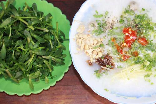 Bát cháo cá lóc nóng hổi, thơm ngon cùng đĩa rau đắng xanh mướt sẽ giúp bạn ngon miệng và ấm lòng hơn trong tiết trời se lạnh.