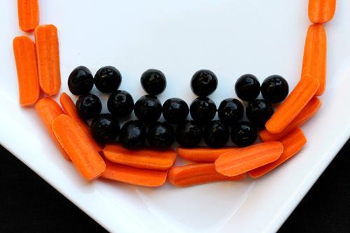 Làm mặt người từ cà rốt, ô liu cho bé yêu - 10