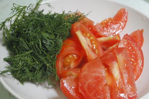 Cà chua bổ múi cau, thì là, hành thái nhỏ.