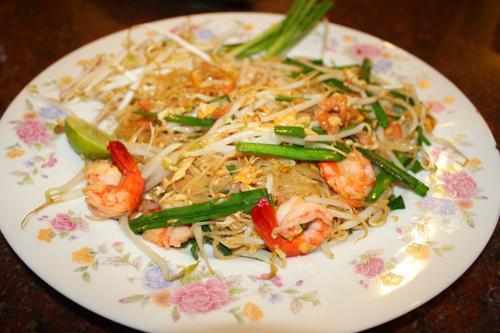 Hủ tiếu xào là món ăn đặc trưng của ẩm thực đường phố Thái Lan.