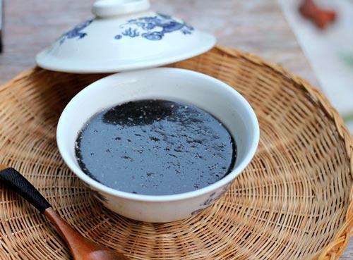 Bát chè nóng thơm mùi vừng đen ấm bụng ngày lạnh, ngoài ra vừng đen còn có tác dụng bổ máu, làm mượt tóc.