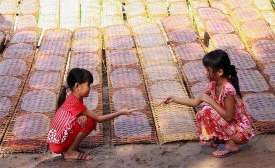 Trải qua nhiều lớp thế hệ, nghề làm bánh tráng vẫn không bị mai một trên đất Quảng Ngãi. Ảnh: vnphoto