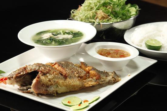 Cá rô chiên, canh cá rô cải ngọt & bún.