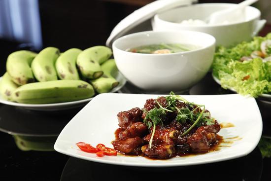 Canh tôm cải ngọt, salad dầu dấm thịt bò, sườn rim, chuối.