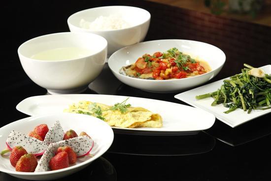 Cá thu sốt cà chua & thơm, trứng chiên, rau muống xào tỏi, trái cây.