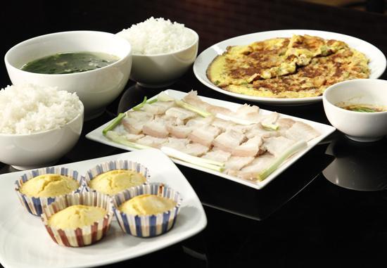 Thịt luộc mắm nêm, canh rau ngót, trứng đúc thịt, bánh cam.