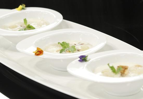 Quốc Trí chinh phục được ba vị giám khảo với món Pudding dừa chưng tổ yến nấu đường phèn.