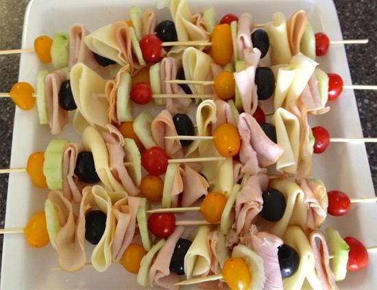 Không nhất thiết phải kẹp, sandwich cũng có thể xiên. Giăm bông, cà chua bi và dưa chuột đủ làm nên món ăn ngon miễn chê.