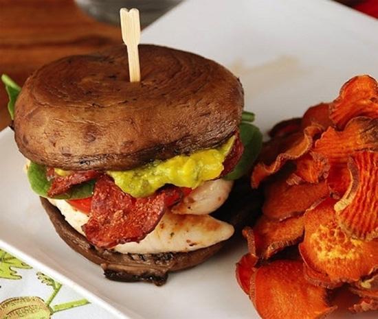 Sandwich nấm với thịt xông khói, thịt gà và nước xốt guacamole.