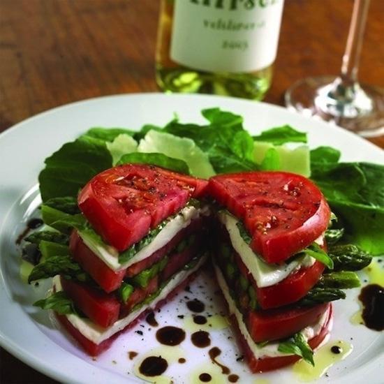 Sandwich salad gồm phomat, măng tây, húng quế và cà chua.