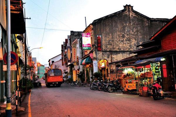 Penang hấp dẫn du khách bởi những nét văn hóa đan xen giữa Ấn Độ, Trung Quốc, Malaisia, Indonexia và Thái Lan. Nhưng rõ nét nhất là Ấn Độ và Trung Quốc.