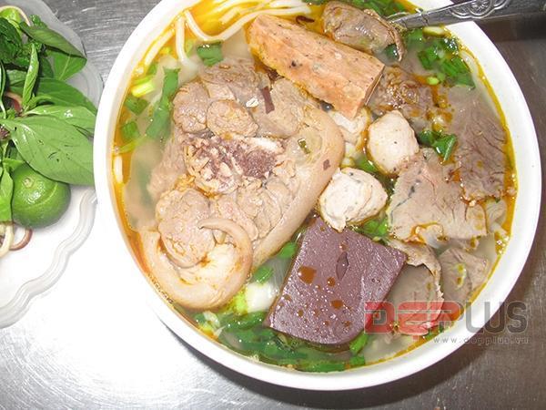 Thưởng thức món ăn Huế ở phố Nguyễn Phong Sắc 2