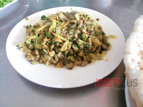 Thưởng thức món ăn Huế ở phố Nguyễn Phong Sắc 7