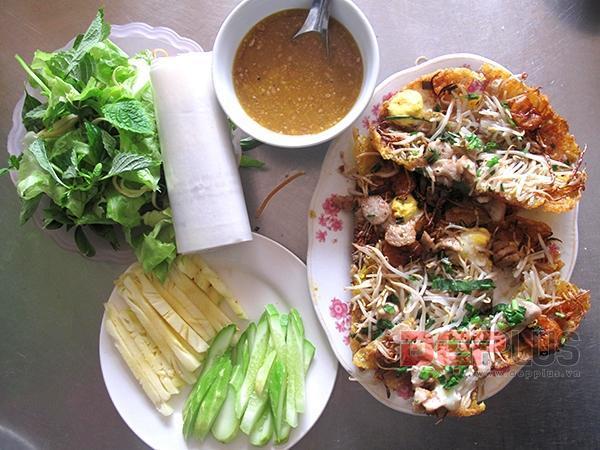 Thưởng thức món ăn Huế ở phố Nguyễn Phong Sắc 10