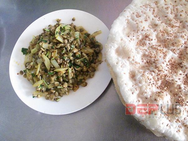 Thưởng thức món ăn Huế ở phố Nguyễn Phong Sắc 6
