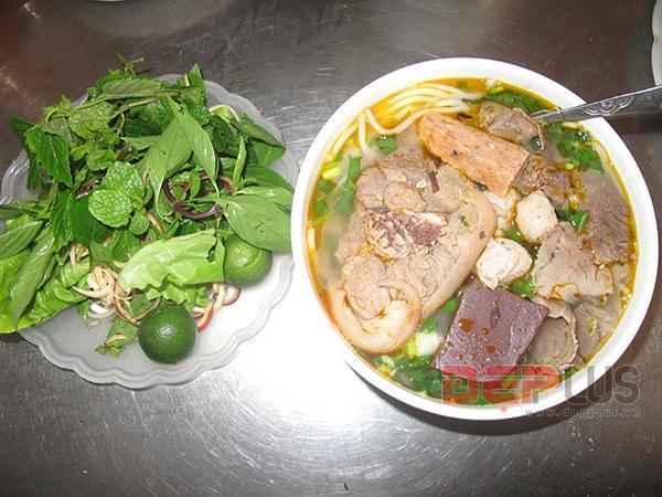 Thưởng thức món ăn Huế ở phố Nguyễn Phong Sắc 1