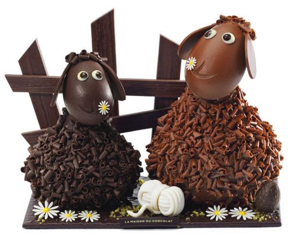 Cầu kỳ và đáng yêu nhất trong mùa Phục sinh năm nay là mẫu hàng của La Masion với hình hai chú cừu có đầu và thân như những quả trứng ghép vào, có giá hơn 3,5 triệu đồng.